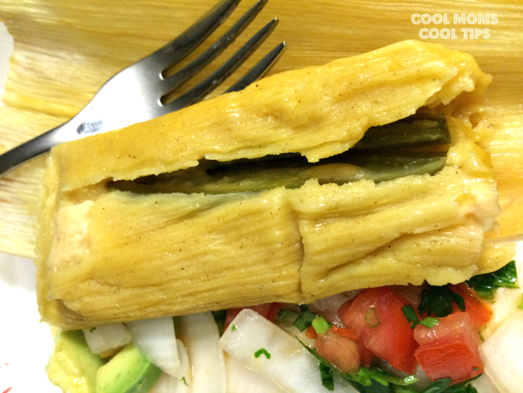 tamal-mexicano-en-plato-cool-moms-cool-tips #ad