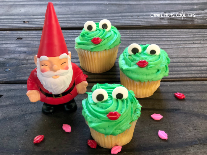 Decorate frog cupcakes